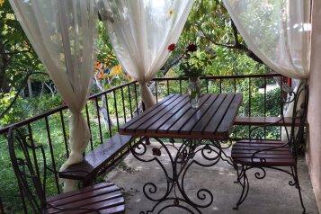 Коттедж в саду на 6 чел.с двумя изолированными спальнями, сан узлом и с кухней- столовой., 54 кв.м. на 6 человек, 2 спальни, улица Мартынова, 31, Морское - Фотография 1