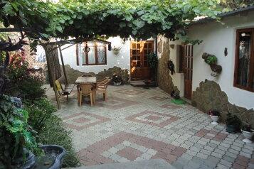 Два комфортабельных домика(двор), 80 кв.м. на 7 человек, 2 спальни, улица Карла Маркса, Алушта - Фотография 1