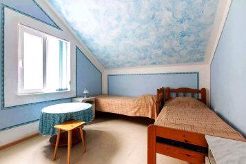 Этаж под ключ для 5-7 человек с балконом (Три спальни и кухня), улица Моряков на 3 номера - Фотография 3