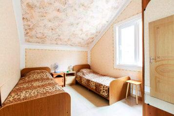 """Гостевой дом """"На Моряков 18"""", улица Моряков, 18 на 3 комнаты - Фотография 1"""