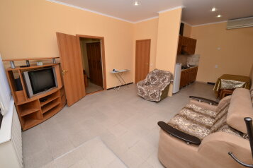 Часть дома с отдельным входом, 60 кв.м. на 6 человек, 3 спальни, Почтовая улица, 20, Витязево - Фотография 1