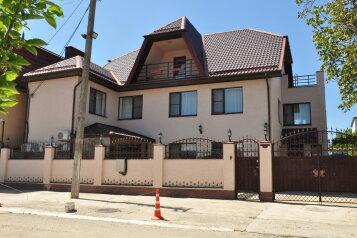 Гостевой дом в Витязево , улица Новоселов, 18 на 12 номеров - Фотография 1
