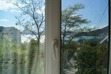 2-комн. квартира на 5 человек, улица Ленина, 11, поселок Орджоникидзе, Феодосия - Фотография 1