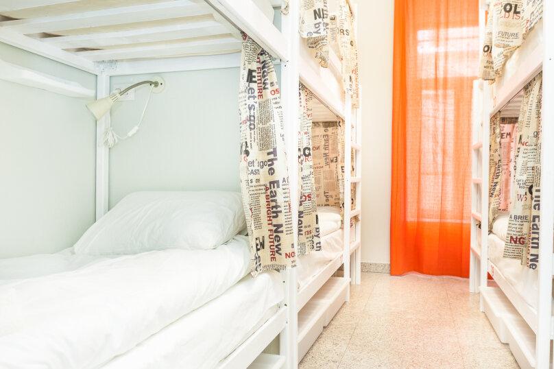 Кровать в мужском номере на 6 человек, улица Кузнецкий Мост, 19с1, Москва - Фотография 1