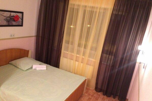 2-комн. квартира, 68 кв.м. на 5 человек, улица Иосифа Каролинского, 8, Сургут - Фотография 1