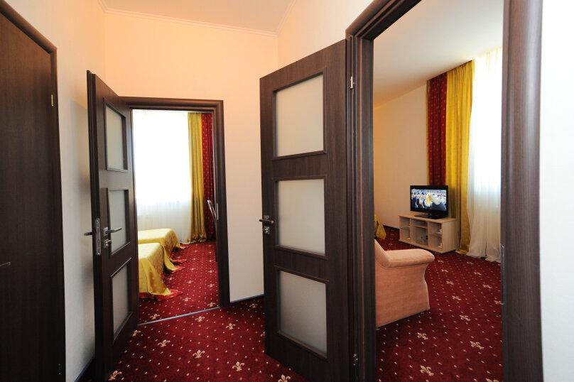 Улучшенный двухкомнатный номер с 1 большой кроватью и 2 отдельными кроватями - корпус «Посейдон», улица Ефремова, 38, Севастополь - Фотография 1