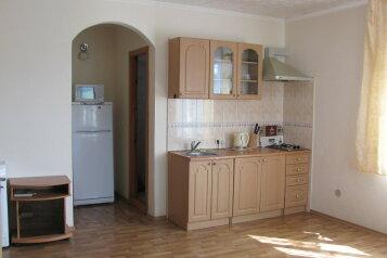 2 этаж Уютное:  Номер, Люкс, 6-местный, 2-комнатный, Коттедж в Уютном, улица Истрашкина, 15а на 2 номера - Фотография 4