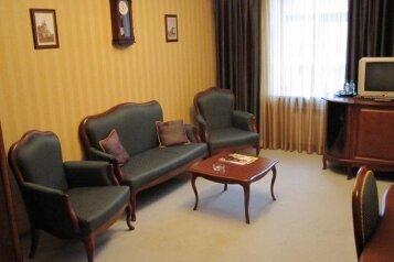 King size Люкс:  Номер, Люкс, 2-местный, 2-комнатный, Отель, улица Куйбышева, 49 на 25 номеров - Фотография 3