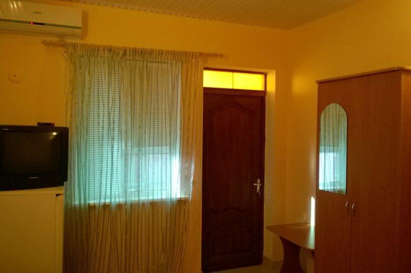 Трехместный номер (1 большая двуспальная кровать и 1-но спальная кровать), улица Восточная, 11 Б, Витязево - Фотография 1