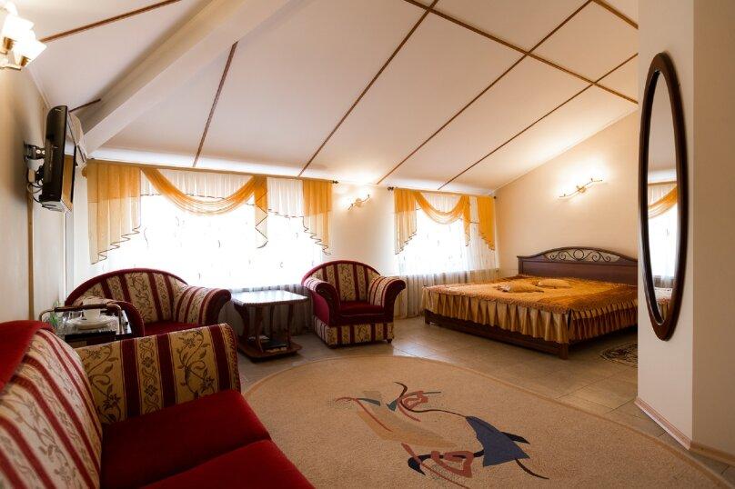 Большой семейный номер с двуспальной кроватью  , улица Громовой, 39, Тольятти - Фотография 1