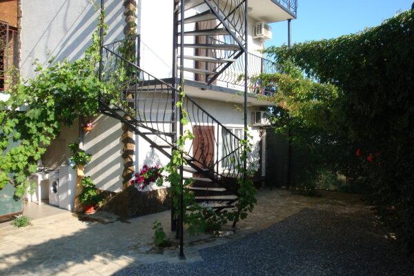 Коттедж из трех номеров для Вас одних, 90 кв.м. на 11 человек, 3 спальни, улица Гагарина, 48Б, район горы Фирейная , Судак - Фотография 1
