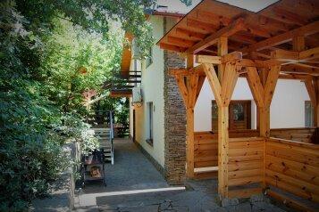 Трехэтажный дом в кипарисовой роще, улица Ленина, 42 на 3 комнаты - Фотография 1