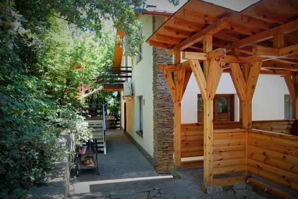 Трехэтажный дом в кипарисовой роще