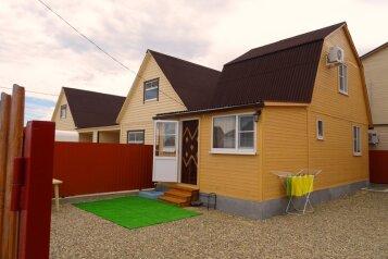 2-ух этажный деревянный домик , 48 кв.м. на 6 человек, 2 спальни, Прибрежная улица, Голубицкая - Фотография 1