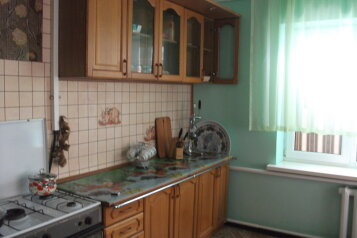Дом на 3 спальни, 120 кв.м. на 15 человек, 3 спальни, улица Майора Жукова, Витязево - Фотография 1