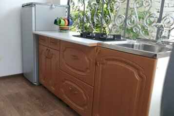 Отдельный однокомнатный домик,  с санузлом, кухней и кондиционером. на 2 человека, 1 спальня, улица Пушкина, 15, Морское - Фотография 1