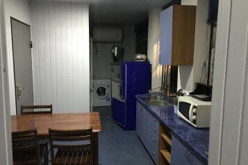 Дом с отдельным большим двором, 100 кв.м. на 8 человек, 4 спальни, Московская улица, Евпатория - Фотография 1