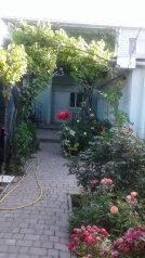 Частный дворик в  Феодосии, улица Баранова на 3 номера - Фотография 1