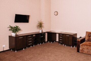 Люкс:  Номер, Люкс, 4-местный (2 основных + 2 доп), 1-комнатный, Отель , Уральская улица, 68 на 16 номеров - Фотография 4