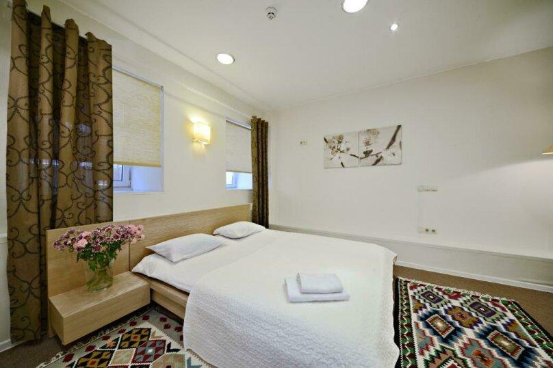Стандартный двухместный номер с 1 большой  кроватью, улица Петровка, 17с5, Москва - Фотография 1