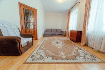 2-комн. квартира, 60 кв.м. на 6 человек, улица Габдуллы Тукая, 57, Казань - Фотография 1