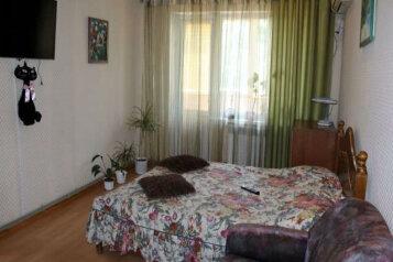 2-комн. квартира, 55 кв.м. на 4 человека, улица Орджоникидзе, 90, Керчь - Фотография 1