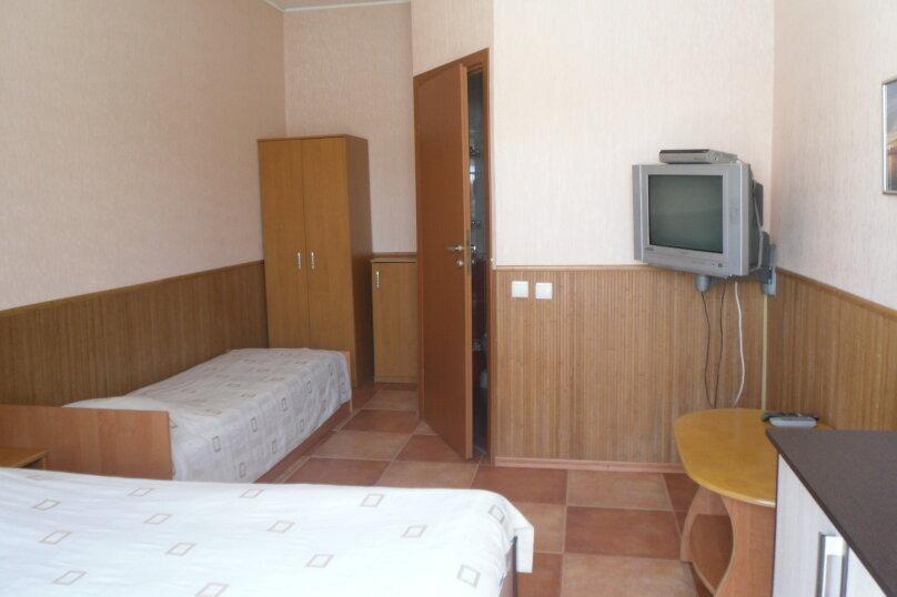 Номер с 2-сп. и 1-сп. кроватями, улица Краснодонцев, 5, Севастополь - Фотография 1