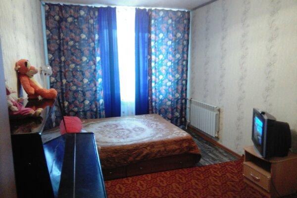 3-комн. квартира, 70 кв.м. на 10 человек, Макаренко, 14, Таштагол - Фотография 1