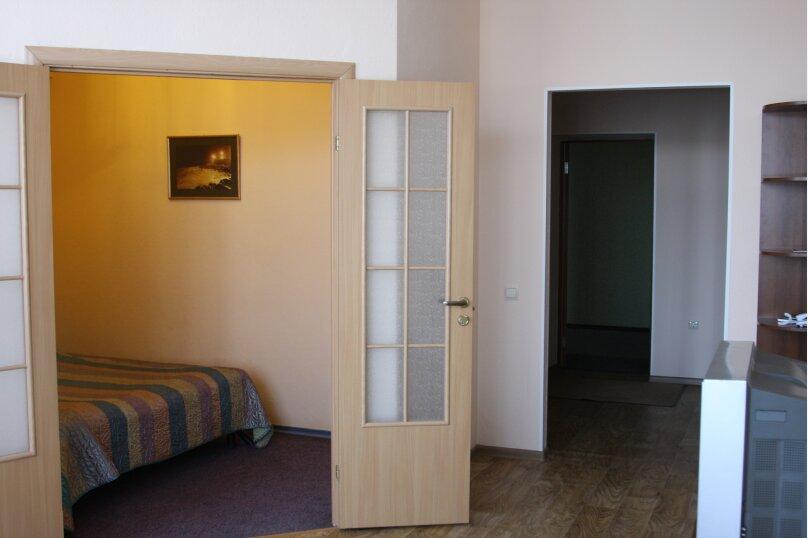 Семейный двухкомнатный , улица Академика Вавилова, 1с2, Красноярск - Фотография 1