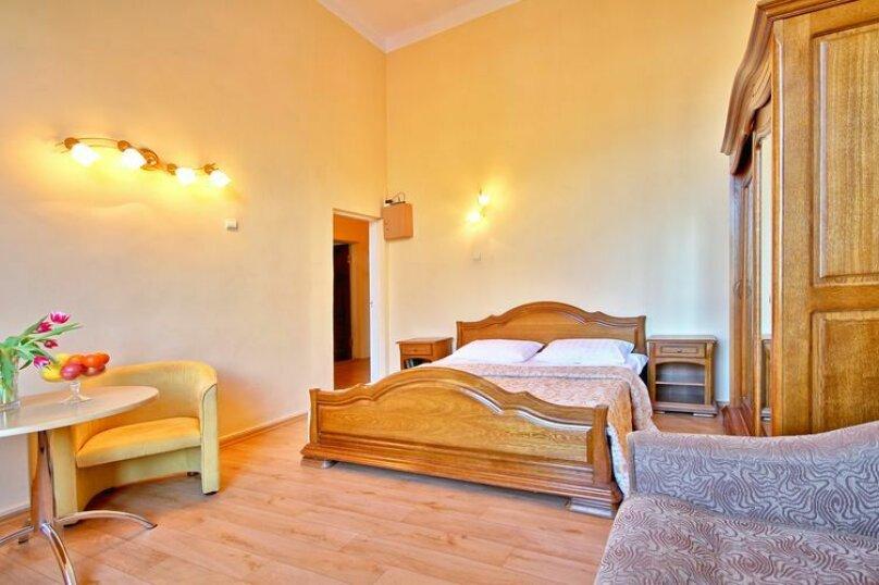 Улучшенная двухместная гостевая комната (одна семейная кровать) с видом на море № 101, Екатерининская улица, 1, Ялта - Фотография 1