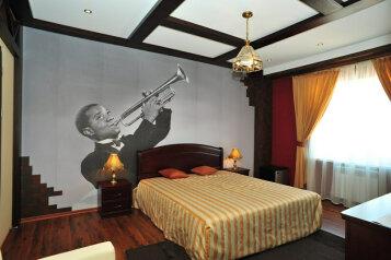 Люкс:  Номер, Люкс, 3-местный (2 основных + 1 доп), 2-комнатный, Отель , Революционная улица на 12 номеров - Фотография 4