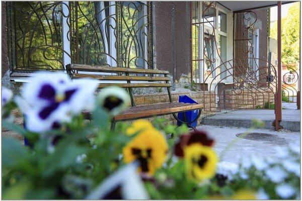 Отель , улица Льва Шатрова, 23 на 16 номеров - Фотография 1