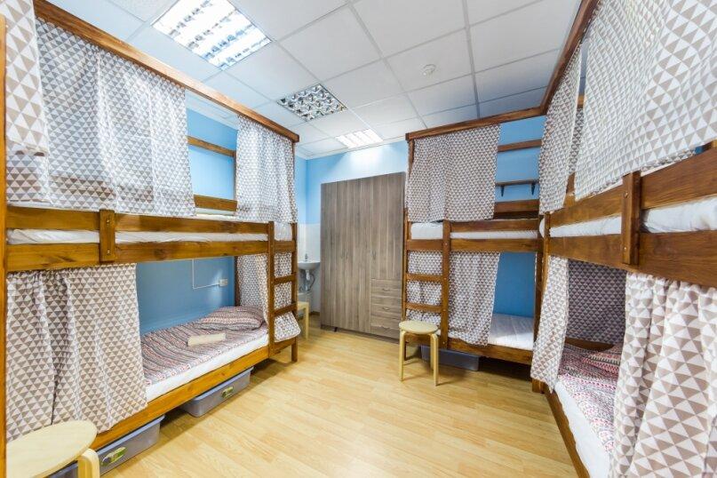 Кровать в мужском номере на 8 человек, Казанская улица, 56, Санкт-Петербург - Фотография 1