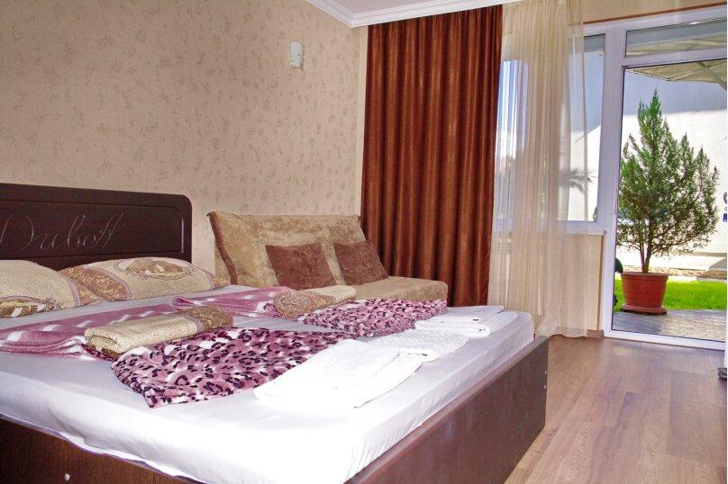 Двухместный номер с двуспальной кроватью и дополнительным креслом-кроватью, улица Станиславского, 15, Адлер - Фотография 1