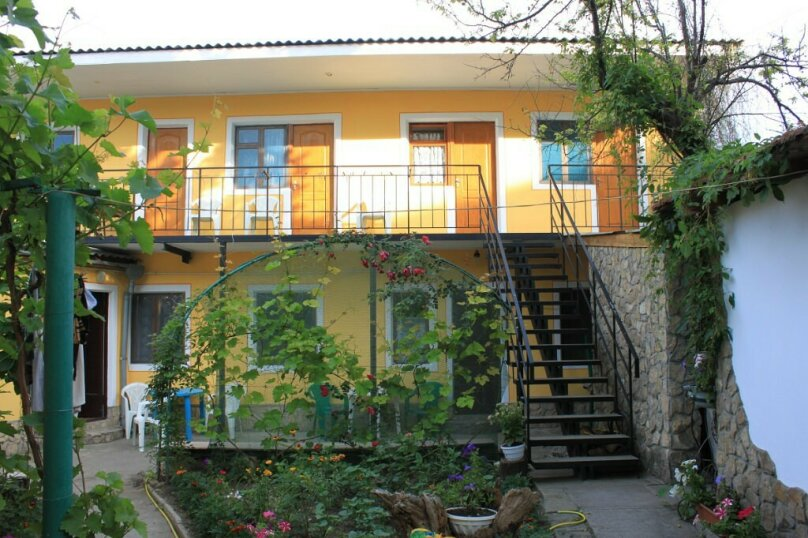 Гостевой дом у Надежды, Красный переулок, 27 на 8 комнат - Фотография 1
