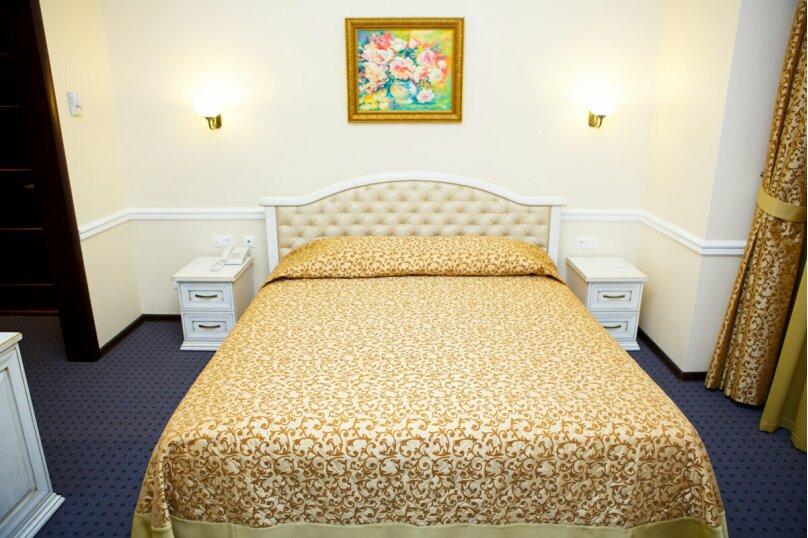 """Стандарт двухместный """"Комфорт"""" с кроватью размера """"king-size"""", улица Чапаева, 82, Краснодар - Фотография 1"""