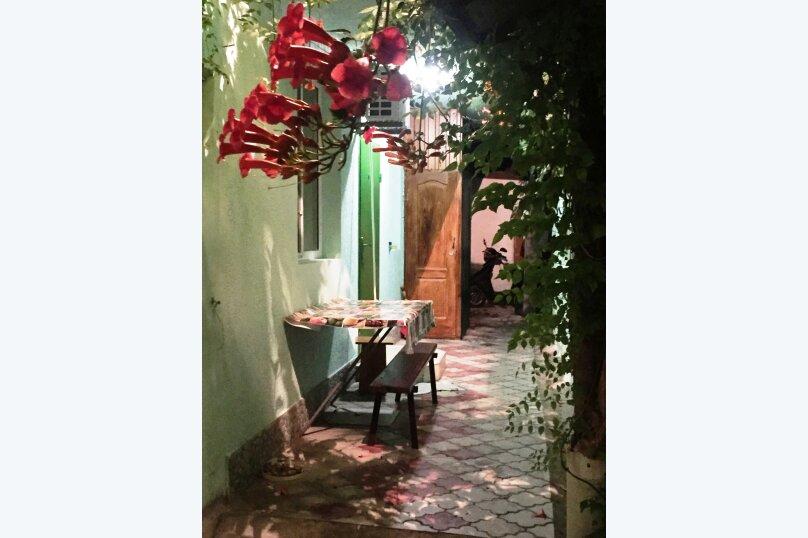 Гостевой домик из трёх раздельных комнат с цветочным балконом, 50 кв.м. на 8 человек, 3 спальни, Русская улица, 61/6А, Феодосия - Фотография 6