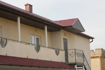 Гостевой дом , Черноморская, 19 на 11 номеров - Фотография 1