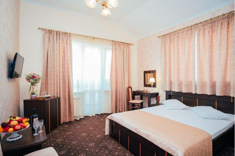 Улучшенный Делюкс двухместный номер с балконом, улица Дмитрия Ульянова, 4А, Феодосия - Фотография 1