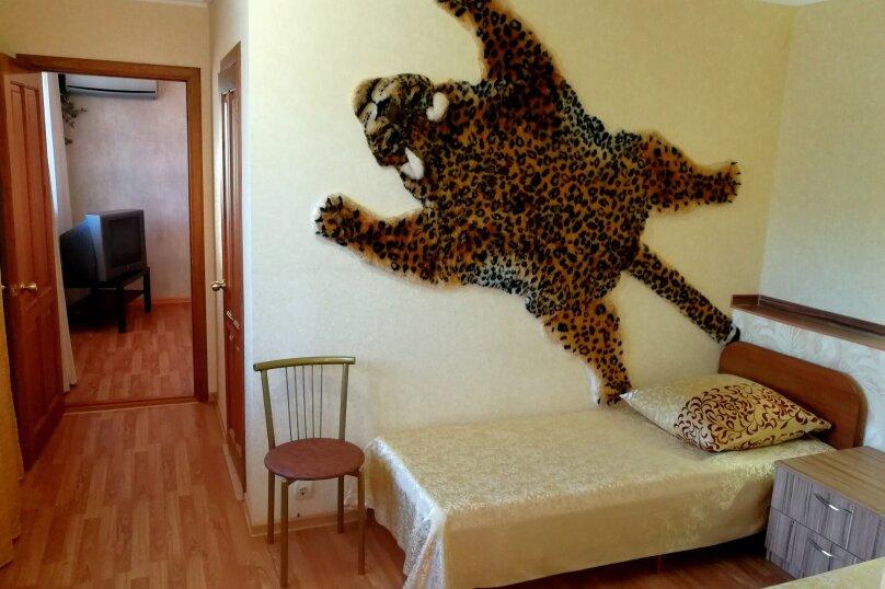 Номер № 2,  Двухкомнатный, полу-люкс, 1-й этаж, Морская улица, 167, Ейск - Фотография 1