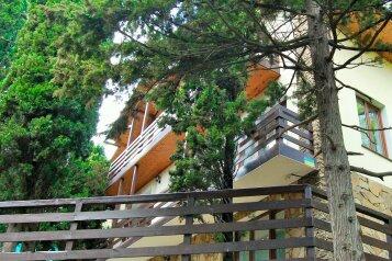 Трехэтажный дом в кипарисовой роще, улица Ленина на 3 номера - Фотография 1