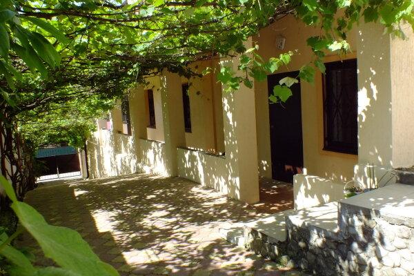 Гостевой дом , Солнечная улица, 13 на 7 комнат - Фотография 1