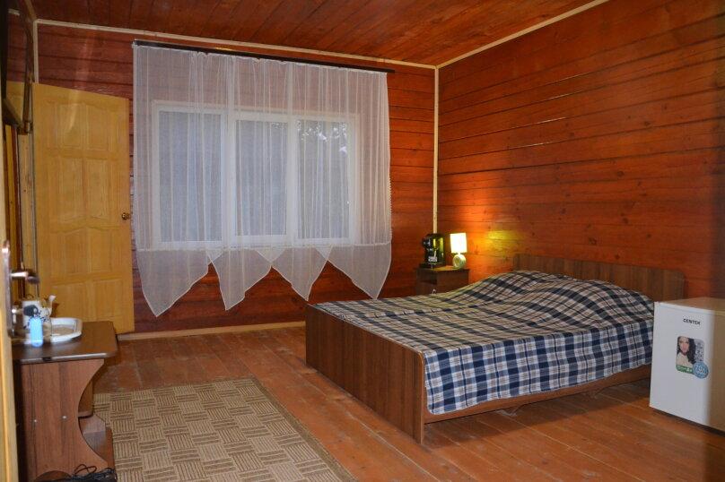 Номер с двуспальной кроватью, и с одним дополнительным местом, с. Нижняя Хобза, ул. Нижнехобзинская улица, 15А, Вардане - Фотография 1