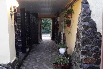 Шикарный двухкомнатный дом с двумя сан.узлами и двумя раздельными входами., 55 кв.м. на 7 человек, 2 спальни, Хасановская улица, 6, Феодосия - Фотография 1