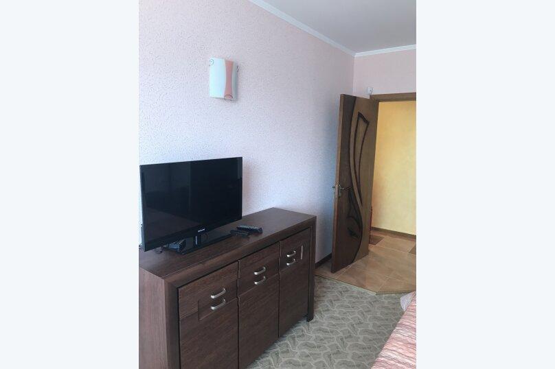 Люкс с балконом на 2 и 3 этажах  с большой двухспальной кроватью и возможностью доп. места , Озёрная улица, 13, Керчь - Фотография 1