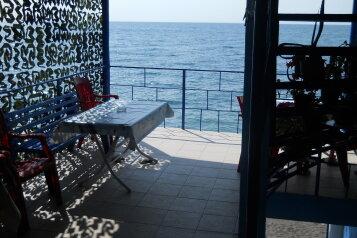 Ноги в море, улица Бедненко, 29 на 2 комнаты - Фотография 1