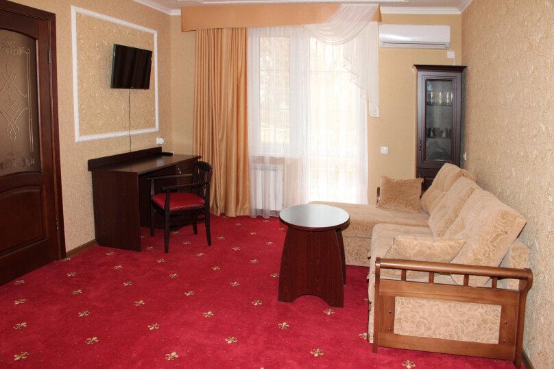 Двухкомнатный люкс с балконом, Набережная улица, 48, Голубицкая - Фотография 1
