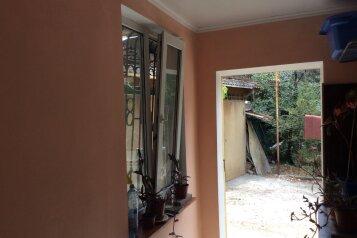 2-комн. квартира, 40 кв.м. на 6 человек, улица Ломоносова, 17, Ялта - Фотография 1