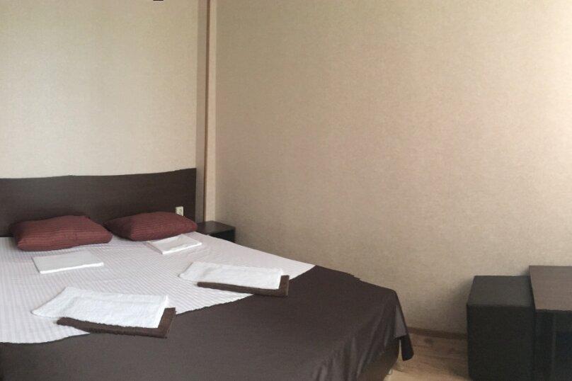 Большой двухместный номер с двуспальной кроватью, улица Молокова, 10, Адлер - Фотография 1