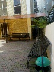 Апартаменты с кухней и удобствами на 2 номера, улица Чкалова на 2 номера - Фотография 1